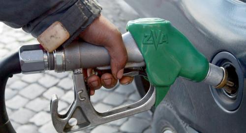 Benzina: calano i prezzi, ecco dove rifornirsi